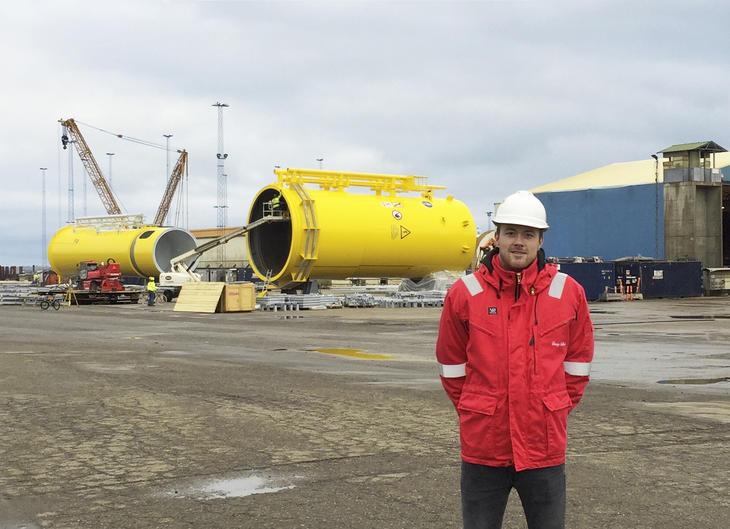 H. Pedersen foran vindmølle konstruksjon
