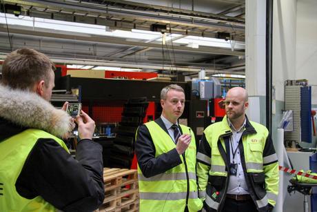 Olje- og energiminister Terje Søviknes intervjuer Øglænd Systems fabrikkdirektør Martin Mildestveit.