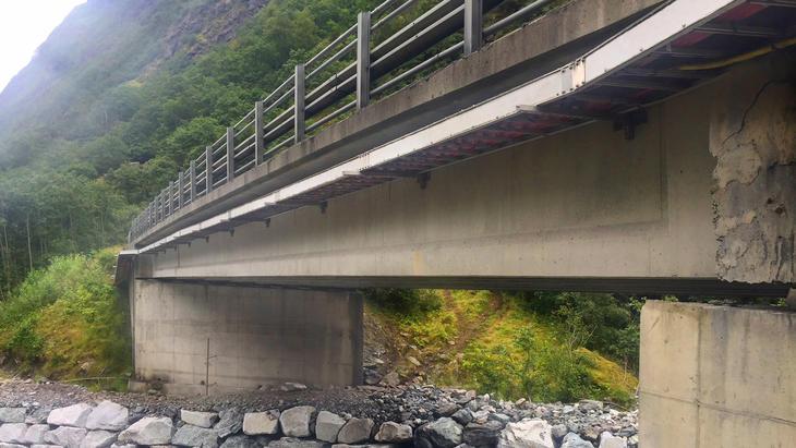 Kabelstiger i FRP-material installert under bro.