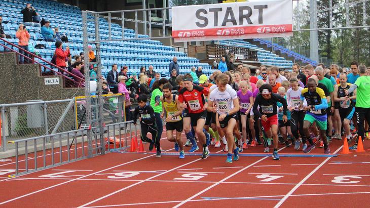 Ivrige løpere ved starten på Sandnesløpet.